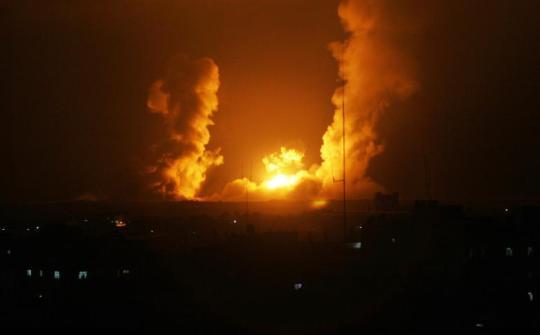 Pożar w następstwie izraelskich bombardowań Rafah na południu Gazy 01.07.14