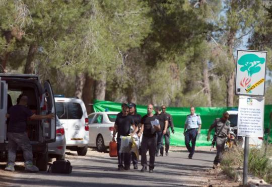 Izraelska policja przeszukuje teren po odnalezieniu ciała palestyskiego nastolatka w jerozolimskim lesie 02. 07.14