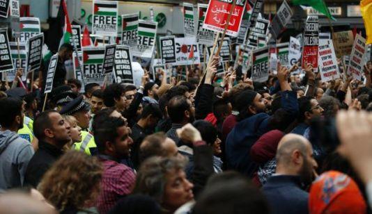 Demonstracja w Londynie w pobliżu izraelskiej ambasady, 11 lipca 2014