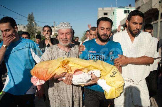 Rodzina 4-letniego Sahera niesie jego ciało podczas procesji poprzedzającej pogrzeb.